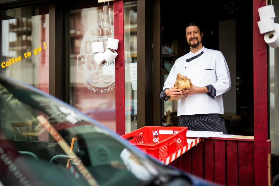Bäckermeister Simon Fritz steht im Fenster des improvisierten Drive-In seiner Bäckerei