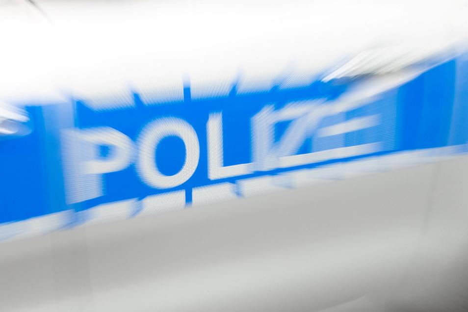 Ein betrunkener Radfahrer hat in Bischofswerda ein Polizeiauto beschädigt.