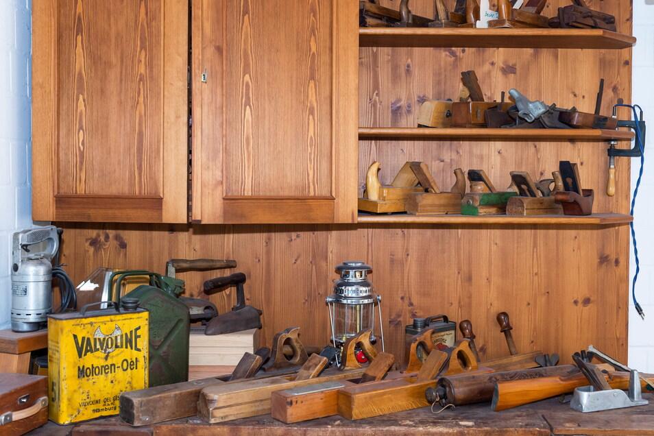 Rettinghaus ist nicht nur Jäger, sondern auch Sammler: Hobel und anderes historisches Gerät im Foyer.