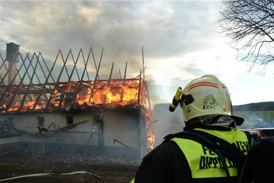 Ein Großbrand hat am Montag einen Vierseitenhof in Ammelsdorf zerstört.