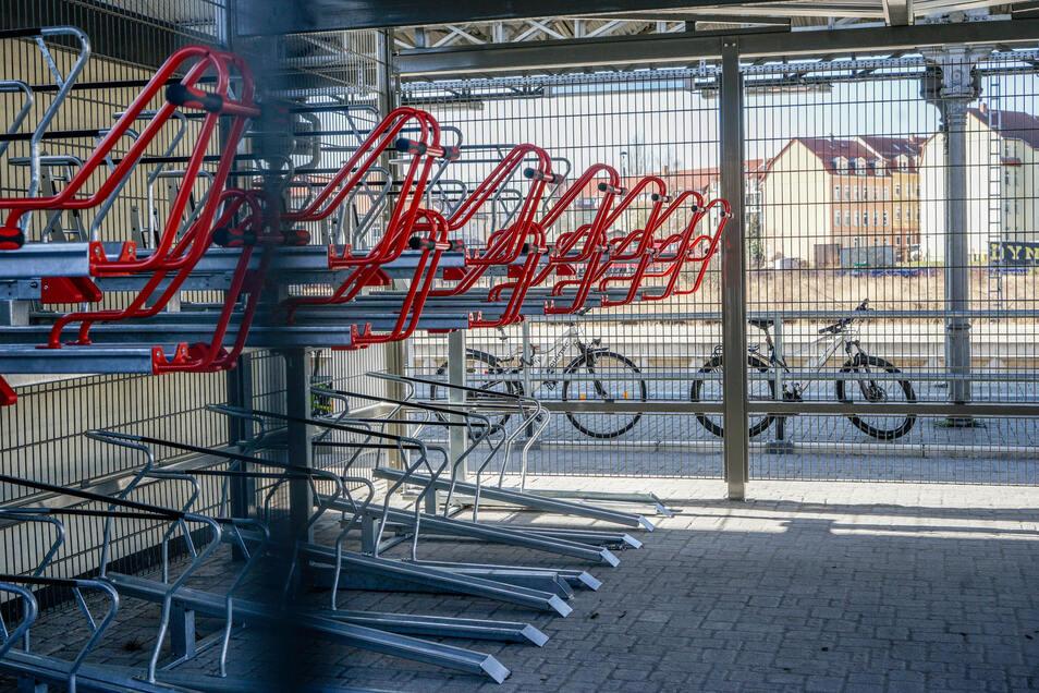 Auf zwei Ebenen können hier ab April Fahrräder diebstahlsicher abgestellt werden. In die obere Etage geht's ganz bequem per Schiebemechanismus.