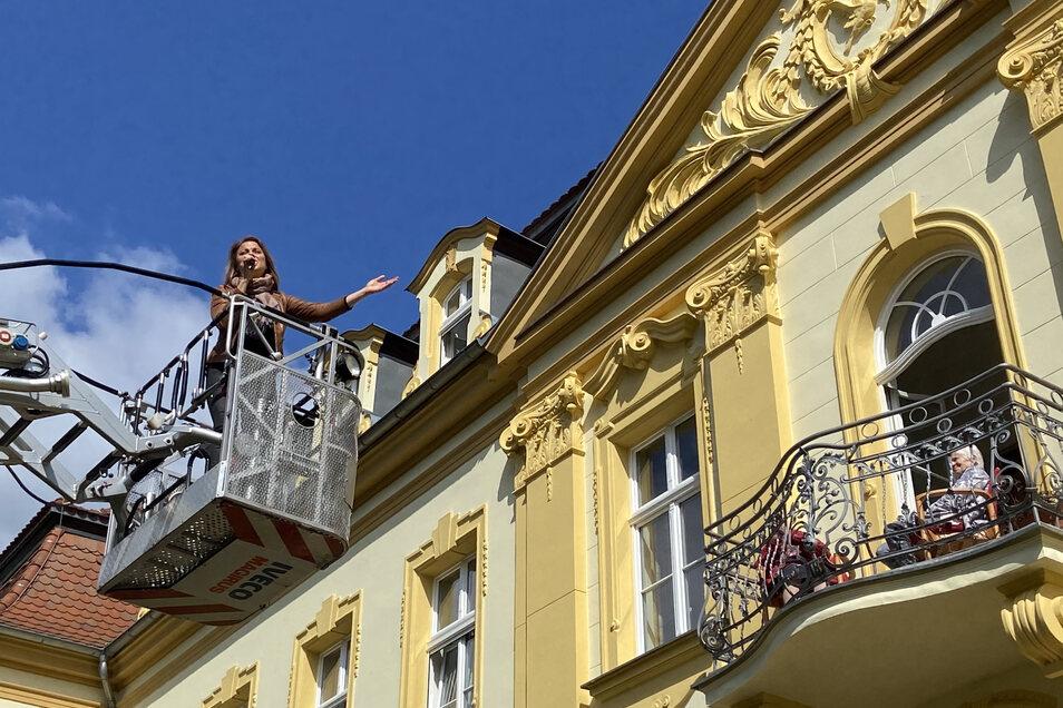 """Um die Bewohner des Altenpflegeheims """"Abendfrieden"""" in Niesky ein wenig von Corona abzulenken, haben Sängerin Nicci Schubert, DJ Sebastian Noll und die Stadtfeuerwehr Niesky den Senioren ein Konzert gegeben."""