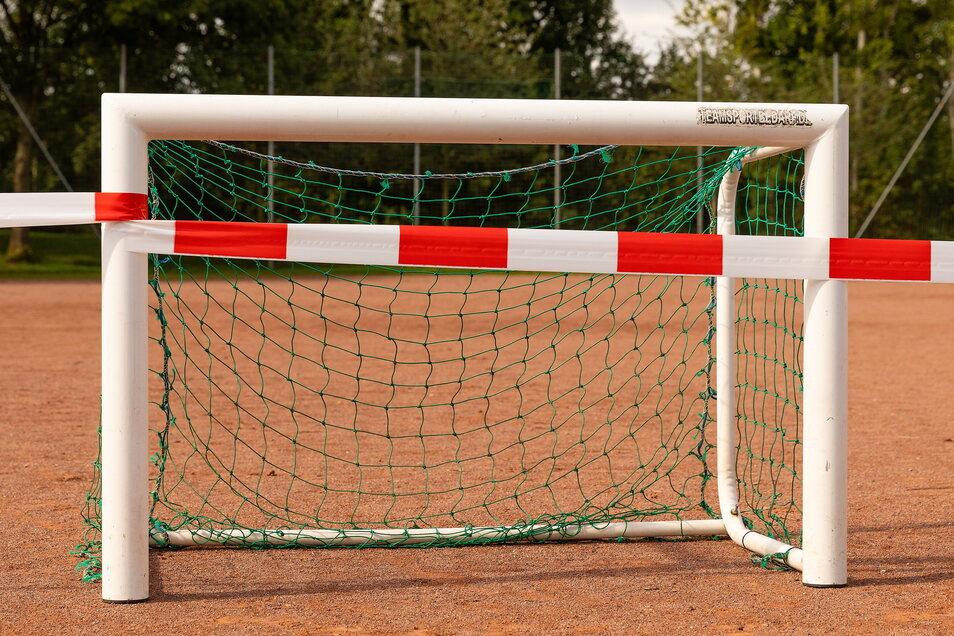 Nicht nur die Tore sind abgesperrt. Generell darf derzeit auf Sportplätzen und in Hallen in Sachsen kein Amateursport im Verein stattfinden.