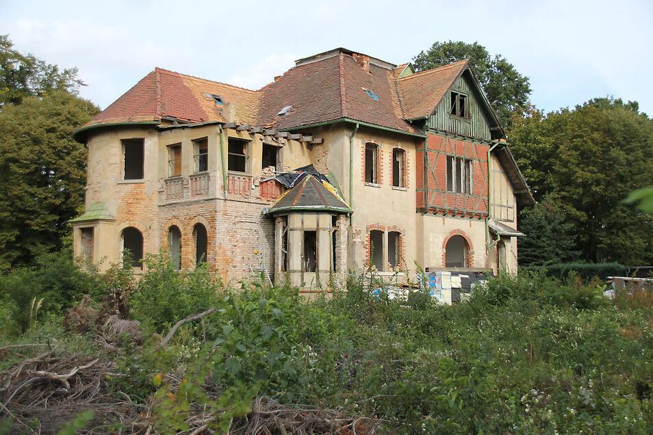 Die sogenannte Häringvilla in Bernsdorf schien viele Jahre lang dem Verfall preisgegeben zu sein. Nun sieht es so aus, als habe die Sanierung begonnen.