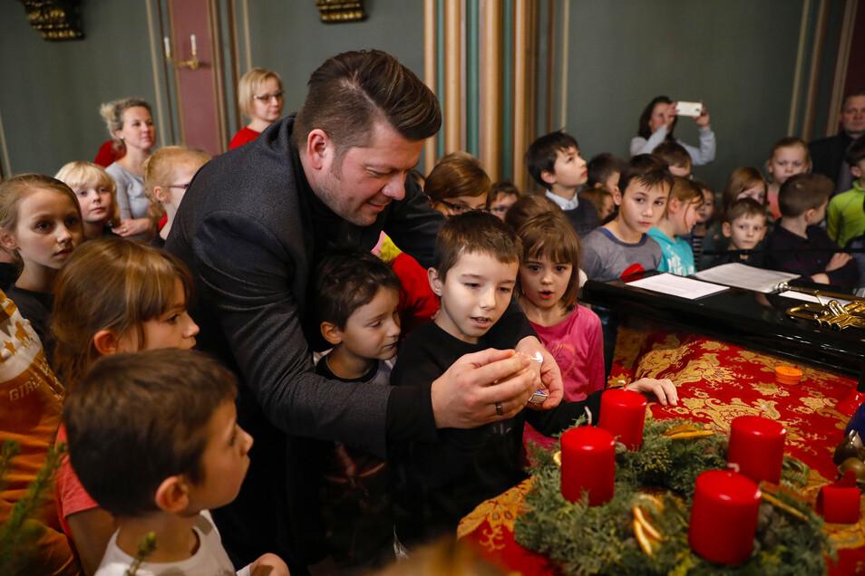 Zittaus Oberbürgermeister Thomas Zenker zündete mit den Kindern eine Adventskerze an.