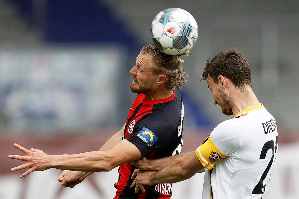 In diesem Kopfballduell ist Wiesbadens Marcel Titsch-Rivero (l.) eher am Ball als Dynamos Kapitän Florian Ballas. Die Gastgeber haben deutlich mehr und vor allem klare Chancen, verpassen aber die Entscheidung. Und so schlägt Dynamo noch mal zu.