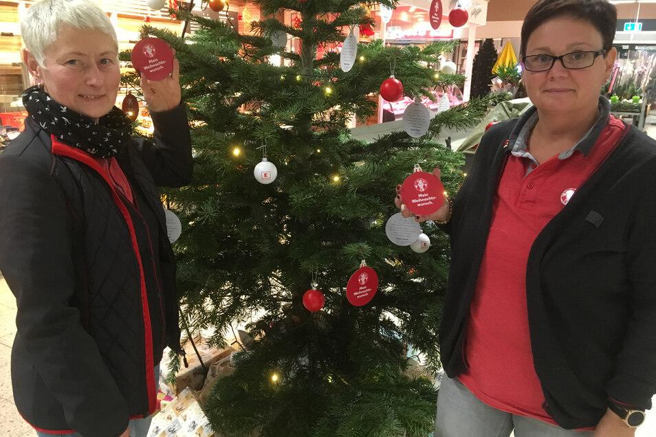 Brit Richter (l.) und Antje Engelmann haben den Wunschbaum gestaltet.