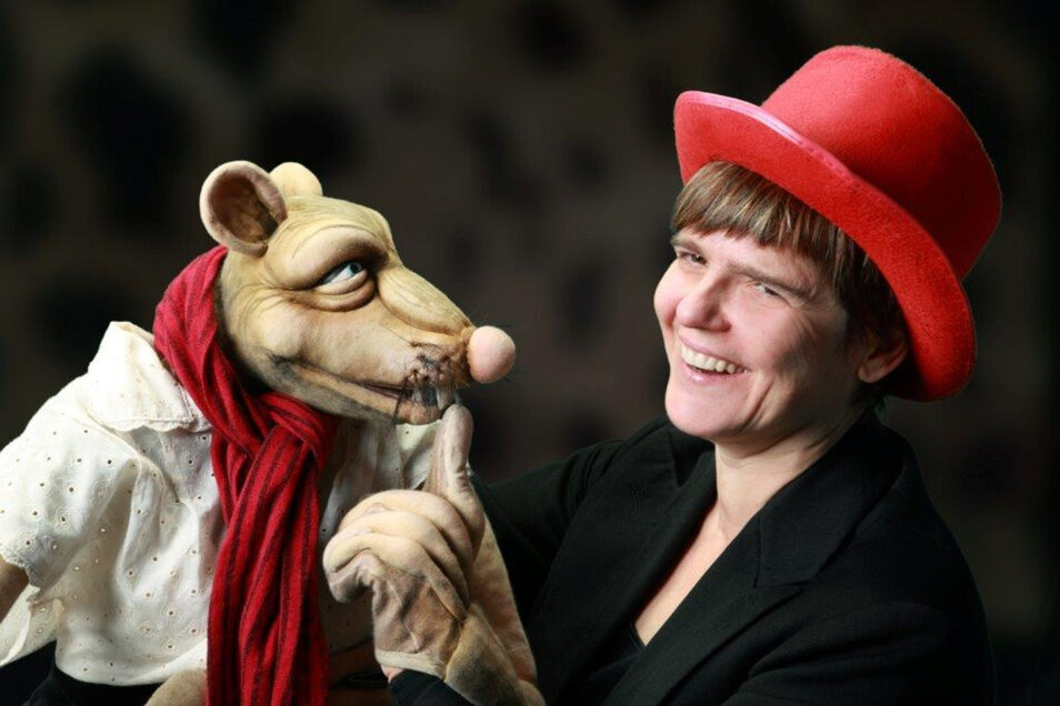 """Puppenspielerin Cornelia Fritzsche ist mit dem Programm """"Rattenscharfe Weihnacht"""" bekannt geworden. 2016 erhielt sie den Dresdner Satire-Preis. Jetzt kommt sie nach Radeberg."""