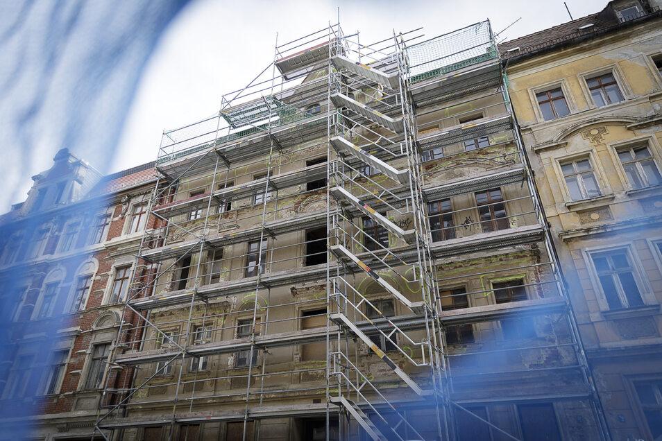 Die Jauernicker Straße 30 wird jetzt gesichert. An der Fassade sind schon die Hohlstellen im Putz farbig angezeichnet. Sie werden abgeklopft und mit Grundputz gesichert.