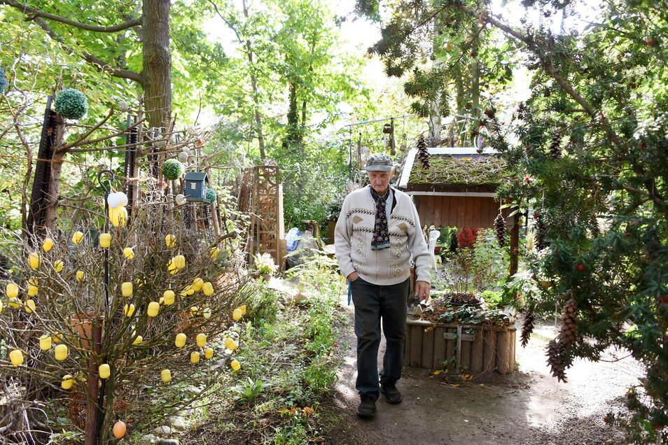 """Fritz Hundt in """"seinem"""" Hundtschen Park, der zum Treffpunkt für viele Bewohner aus dem Wohngebiet und Gäste aus dem In- und Ausland geworden ist."""