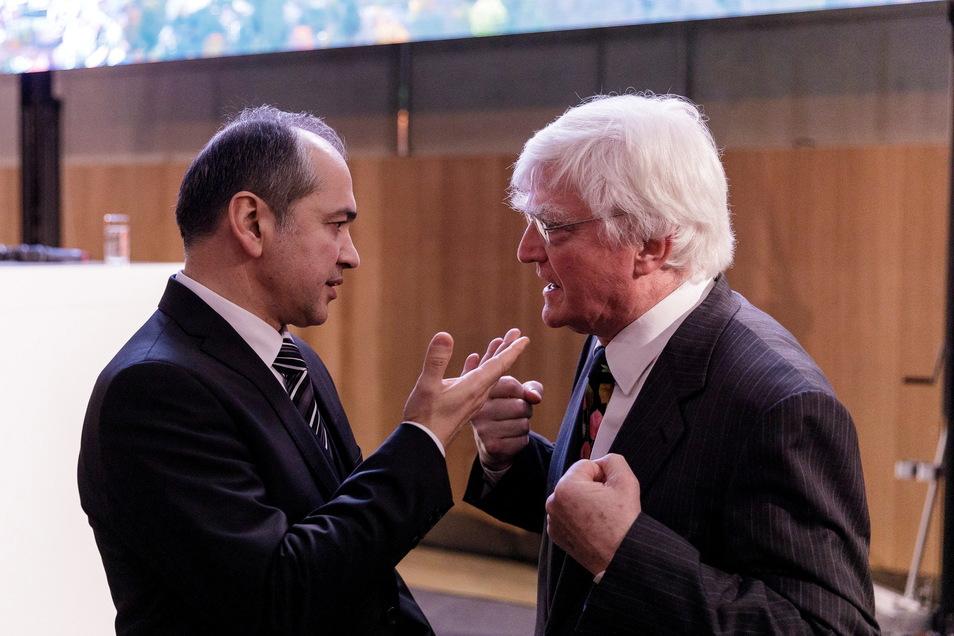 Der Görlitzer OB Octavian Ursu (l.) im Gespräch mit Winfried Stöcker: Er hofft, dass sein Impfstoff bald massenhaft zur Anwendung kommt.