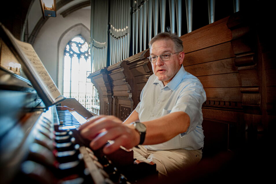 """Kirchenmusikdirektor Michael Pöche - hier an der Kamenzer Walcker-Orgel in der Hauptkirche St. Marien - freut sich riesig, dass er die Chor- und Kurrende-Arbeit wieder aufnehmen kann. Auch Konzerte und """"Orgel Punkt Fünf"""" sind wieder geplant."""
