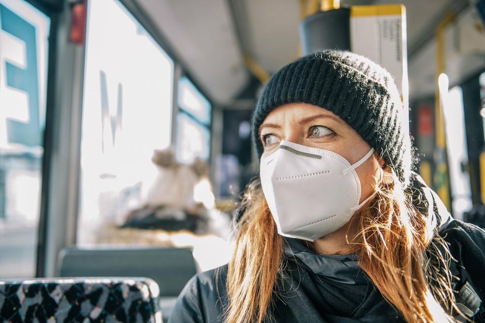 """FFP2-Masken müssen eng anliegen. Wenn die Maske """"mitatmet"""", sich also beim Einatmen zusammenzieht und beim Ausatmen aufbläht, dann sitzt sie auch an den Rändern gut. Nur dann bieten sie den erhofften hohen Schutz."""