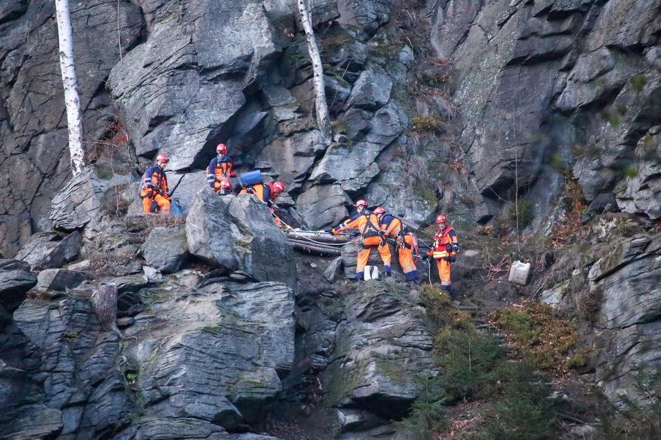 Rettungskräfte bergen im Erzgebirge den Leichnam einer Frau.