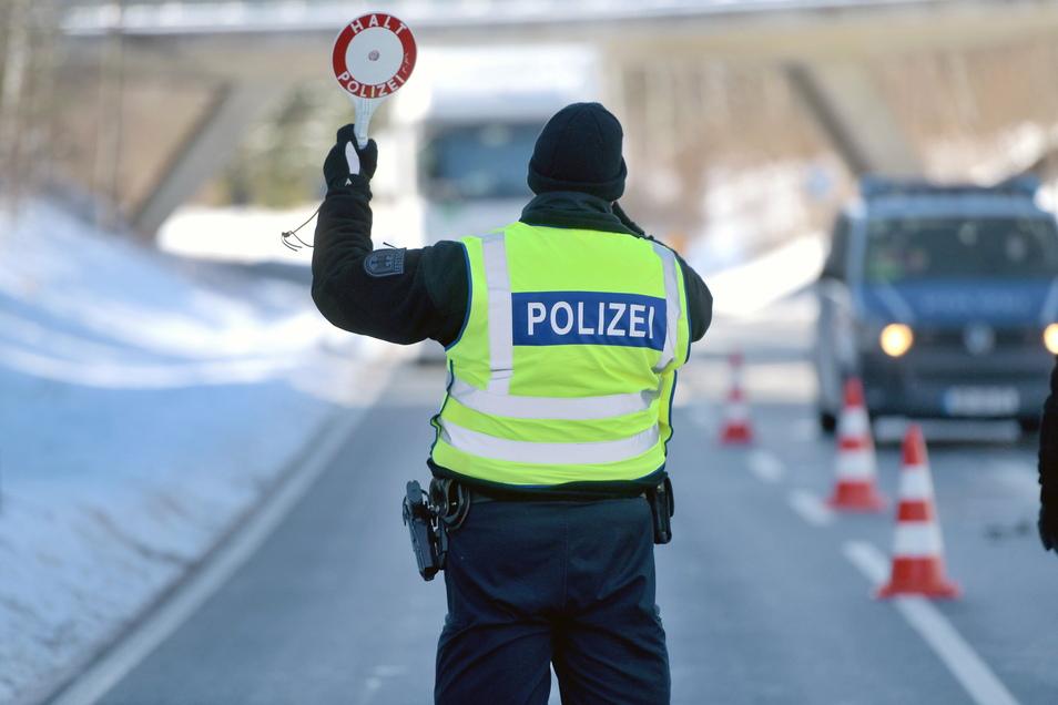 Bundespolizisten kontrollieren am Transit-Grenzübergang in Neugersdorf jedes aus Tschechien einreisende Fahrzeug.