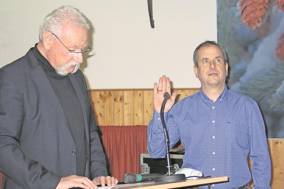 Der dienstälteste Schleifer Gemeinderat Wolfgang Goldstein (links) nahm dem neuen Bürgermeister Jörg Funda den Amtseid ab.