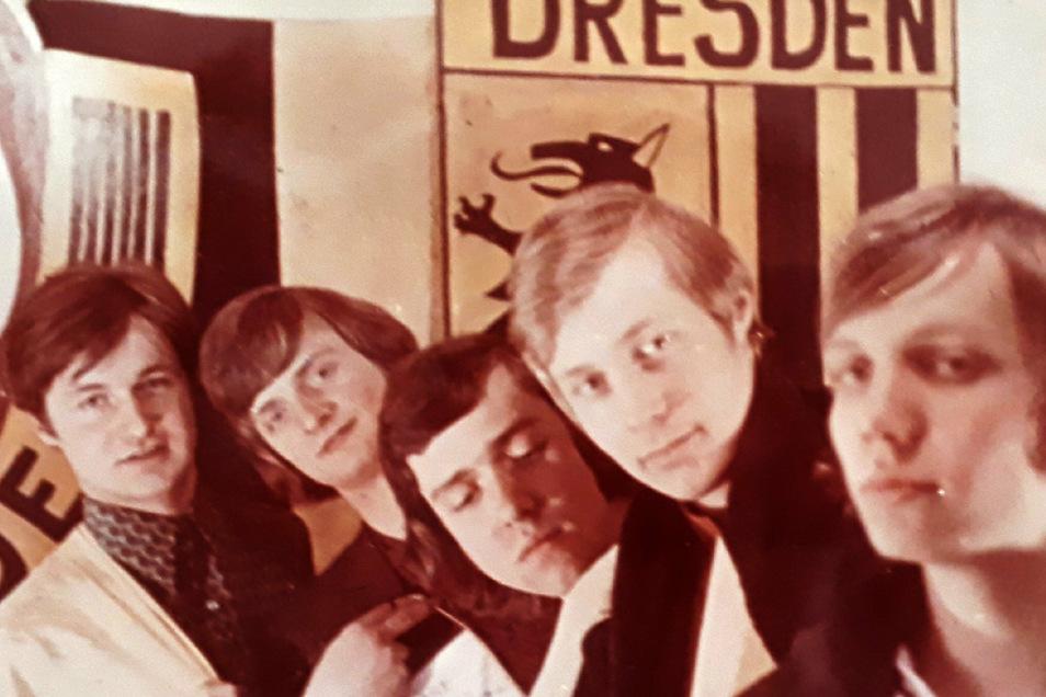 Eine eingeschworene Truppe: Die Dynamo-Fans Jürgen Novy, Rolf Kempe, Frank Büttner, Dietmar Novy und Peter Seidel (v.l.) hatten nach einem feuchtfröhlichen Skatabend vor 48 Jahren eine kuriose Idee.