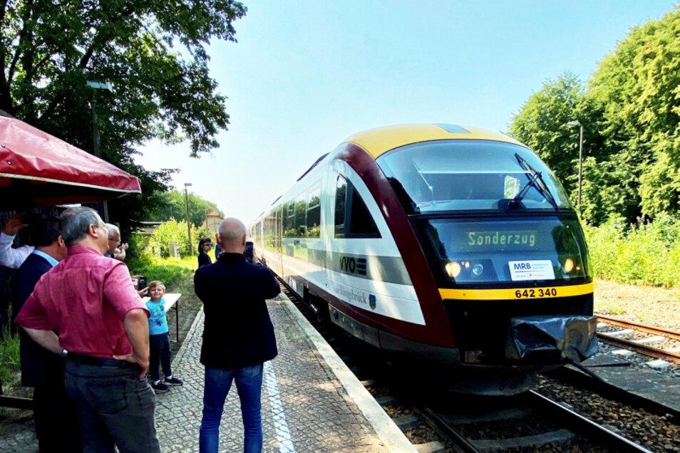 Auf ihrer ersten Fahrt in den diesjährigen Sommerferien in Sachsen wurde die Seenlandbahn auf dem Bahnhof Straßgräbchen-Bernsdorf bereits erwartet.