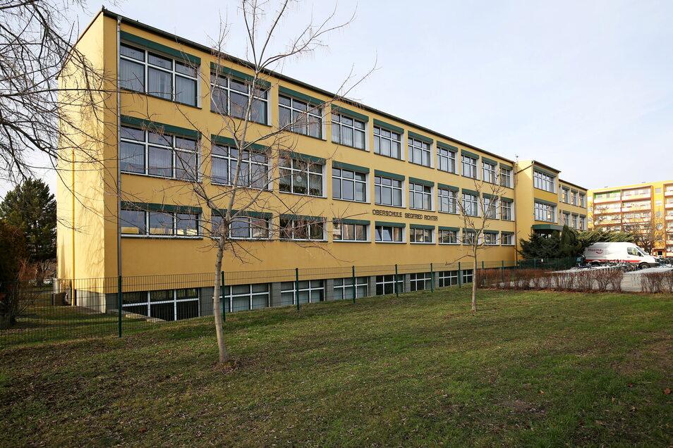 Die Gröditzer Oberschule ist ein typischer DDR-Schulbau und hat ihre besten Jahre schon hinter sich.