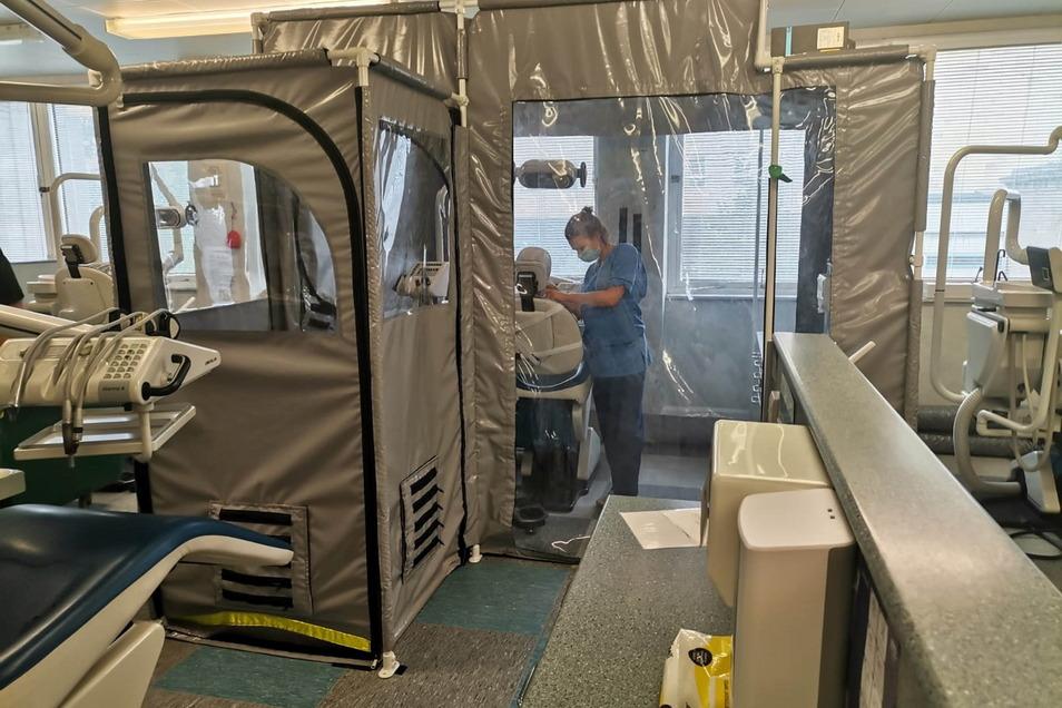Eine Zahnmedizinstudentin arbeitet in einem separaten Raum, der als Zahnarztpraxis dient.