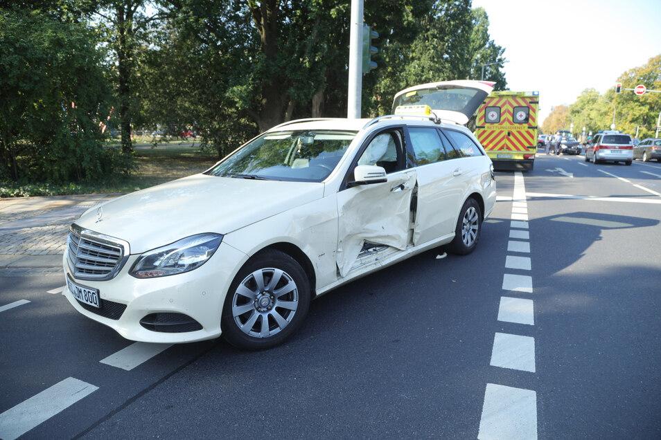 An dem Unfall war auch ein Mercedes-Taxi beteiligt.