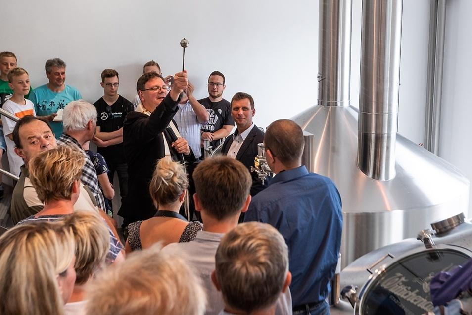 Nach den feierlichen Worten zur Einweihung der neuen Brauereitechnik weihte Pfarrer Roland Elsner das neue Sudhaus. Rechts neben ihm Brauerei-Geschäftsführer Stefan Glaab.