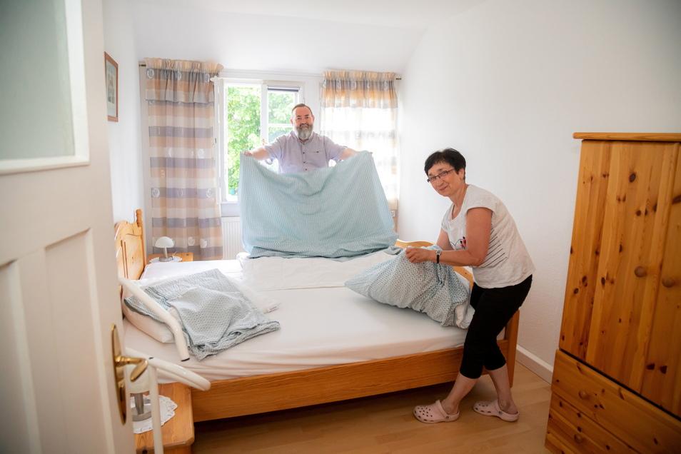 Jörg und Gabriele Müller bieten eine Ferienwohnung in ihrer Holzhaushälfte in der Christophstraße an.