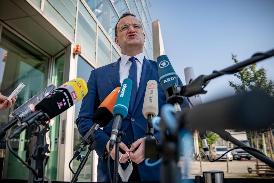 Gesundheitsminister Jens Spahn (CDU) spricht mit Medienvertretern bei seiner Ankunft zur Sitzung der CDU-Spitzengremien vor der Parteizentrale.