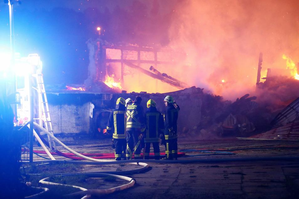 Die Feuerwehr beim Löschen eines Brandes auf einem Dreiseitenhof.
