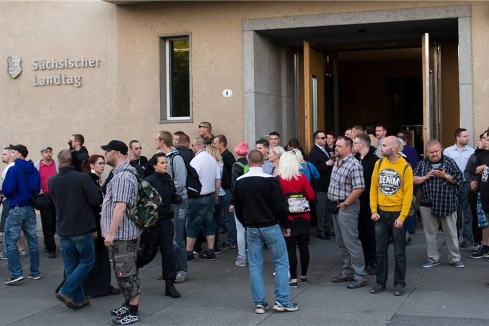 Nach der Kundgebung waren etwa 40 Mitglieder und Anhänger der NPD vor Gegendemonstranten in den Landtag geflüchtet.