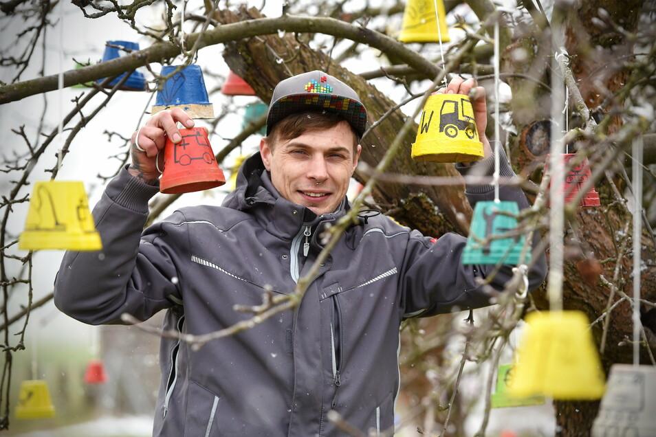 Keine Ostereier, sondern selbst gestaltete Blumentöpfe hängen bei Rocco Häschke aus Kottmarsdorf an den Bäumen. Die Symbole und Zeichen stehen für Berufe, die jetzt in der Krise wichtige Arbeiten machen. Ein zweiter Baum mit den Flaggen der Mitgliedsstaat