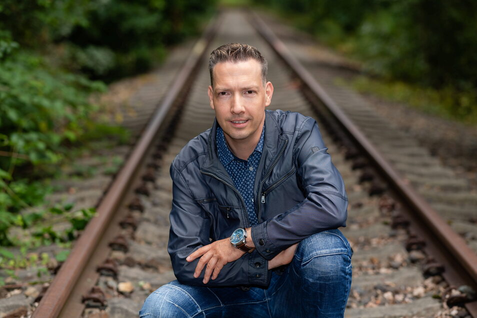 Wilthens Bürgermeister Michael Herfort kauert auf dem toten Bahngleis in Richtung Bautzen. Ginge es nach ihm, würden hier bald wieder Züge fahren.