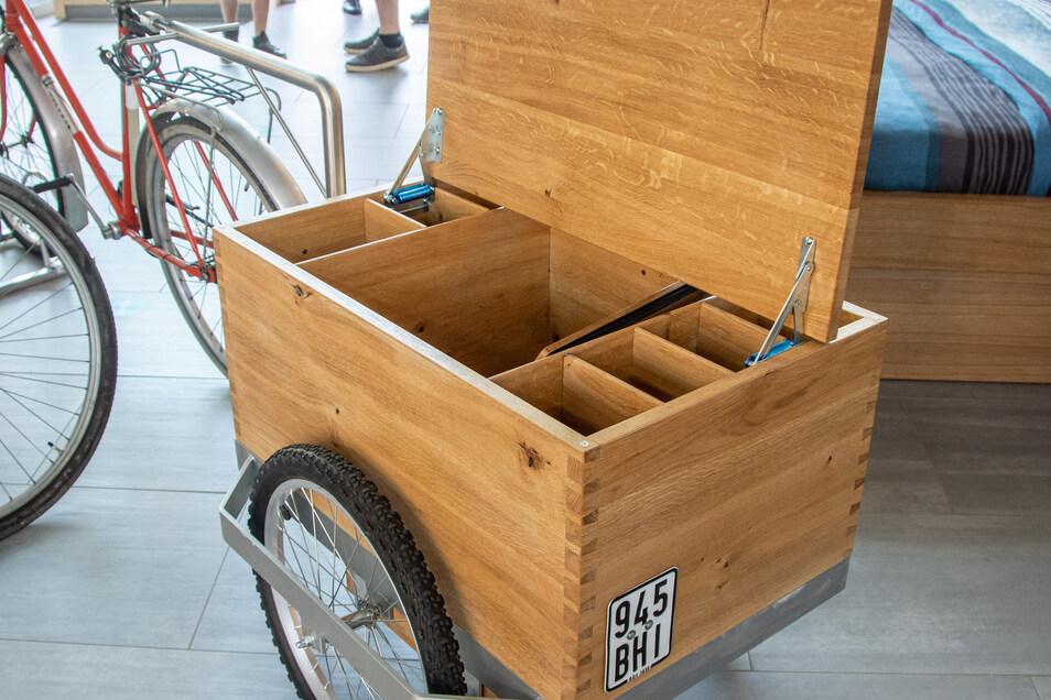 """Zum Motto """"Picknick"""" entstand dieser praktische und schöne Fahrradanhänger, in dem Getränke und Speisen sicher transportiert werden können."""