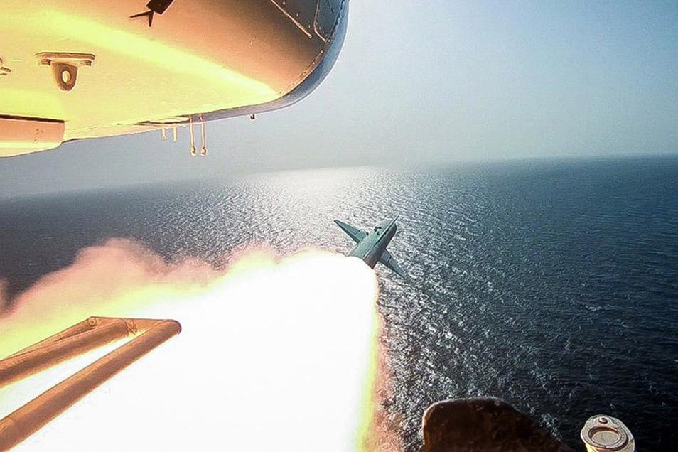 Eine Rakete wird von einem Kriegsschiff aus abgeschossen.