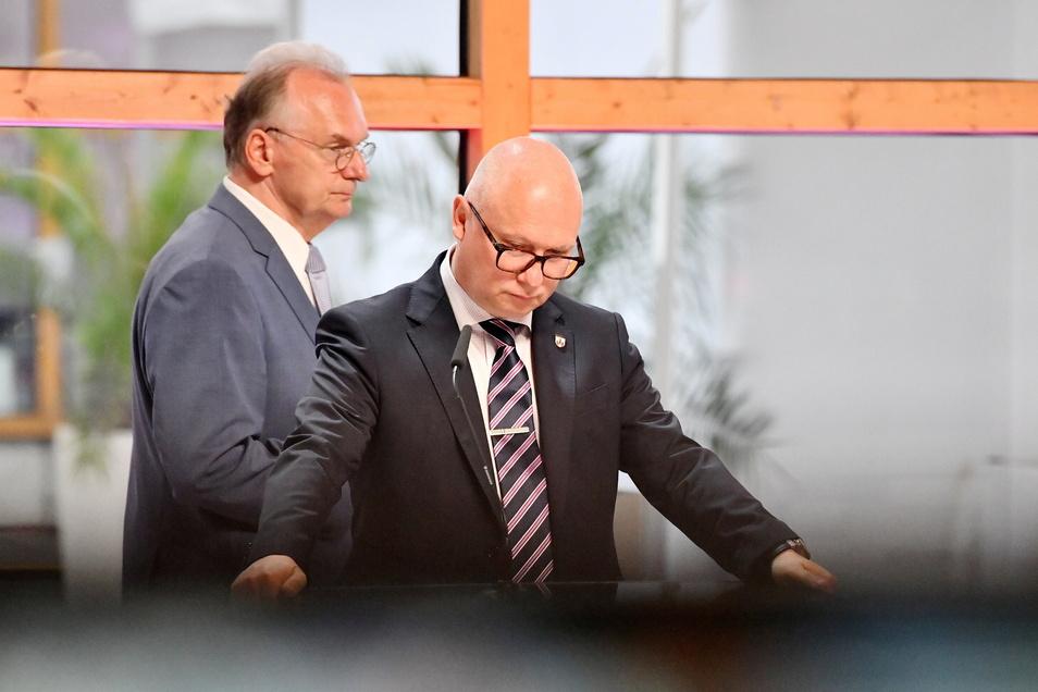 Reiner Haseloff (CDU, l), Ministerpräsident von Sachsen-Anhalt, und Oliver Kirchner, Spitzenkandidat der AfD für die Landtagswahl in Sachsen-Anhalt, im ZDF-Studio