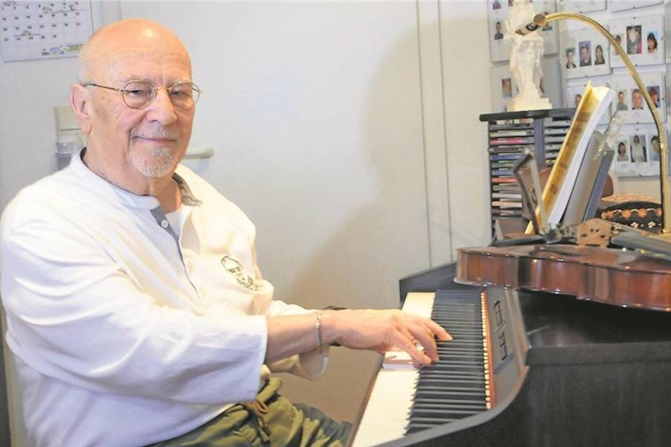 """In seinem Keyboard-Studio empfängt Leopold Nagel nach wie vor an vier Tagen in der Woche seine Schüler. Ans Aufhören mag er nicht denken, selbst die Ferien sind ihm ein Graus. """"Der Unterricht ist meine Verbindung zu den jungen Leuten"""", sagt er. Schon als"""