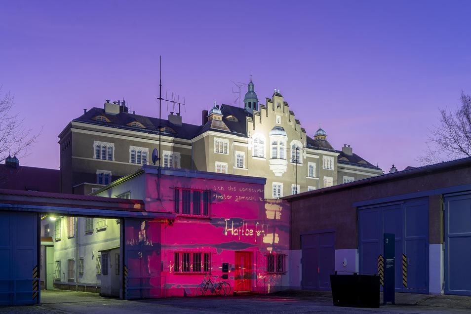 Eine besondere Lichtinstallation ist noch bis 17. Februar jeden Abend an der Gedenkstätte Bautzen zu sehen.