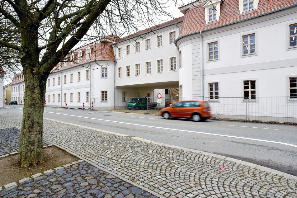 Die markanten Gebäudeteile der Zinzendorfschulen in Herrnhut ruhen auf Pfählen im Untergrund. Seit den Bohrungen dafür gibt es unterirdische Probleme.