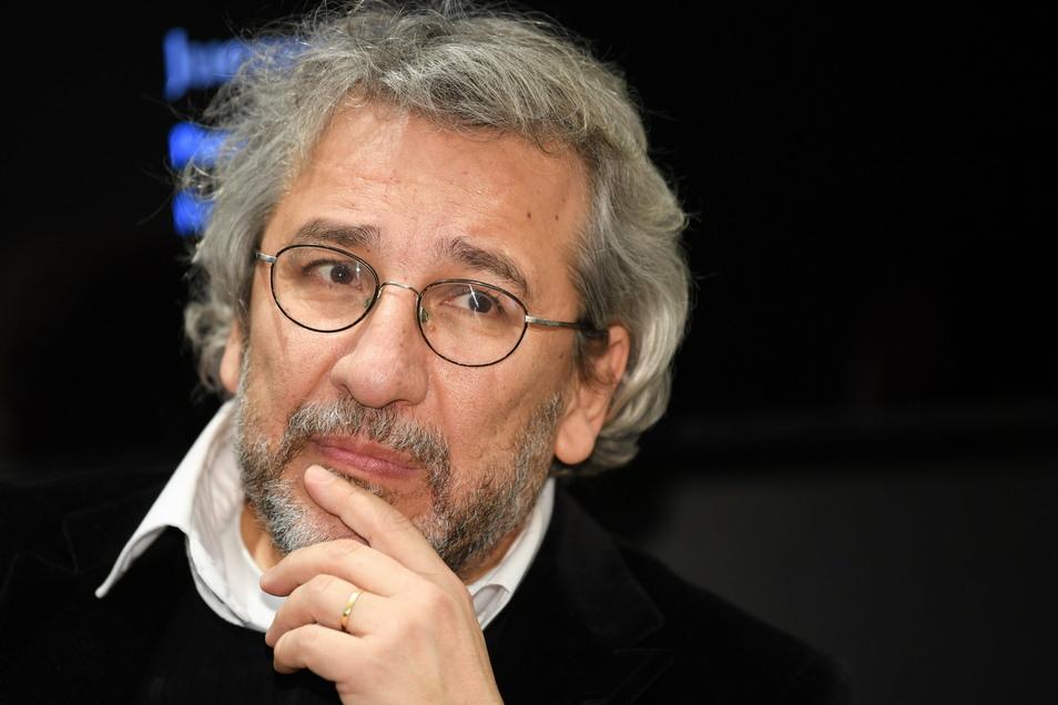 Im Prozess gegen den im deutschen Exil lebenden Journalisten Can Dündar ist am Mittwoch in der Türkei ein Urteil gefallen.
