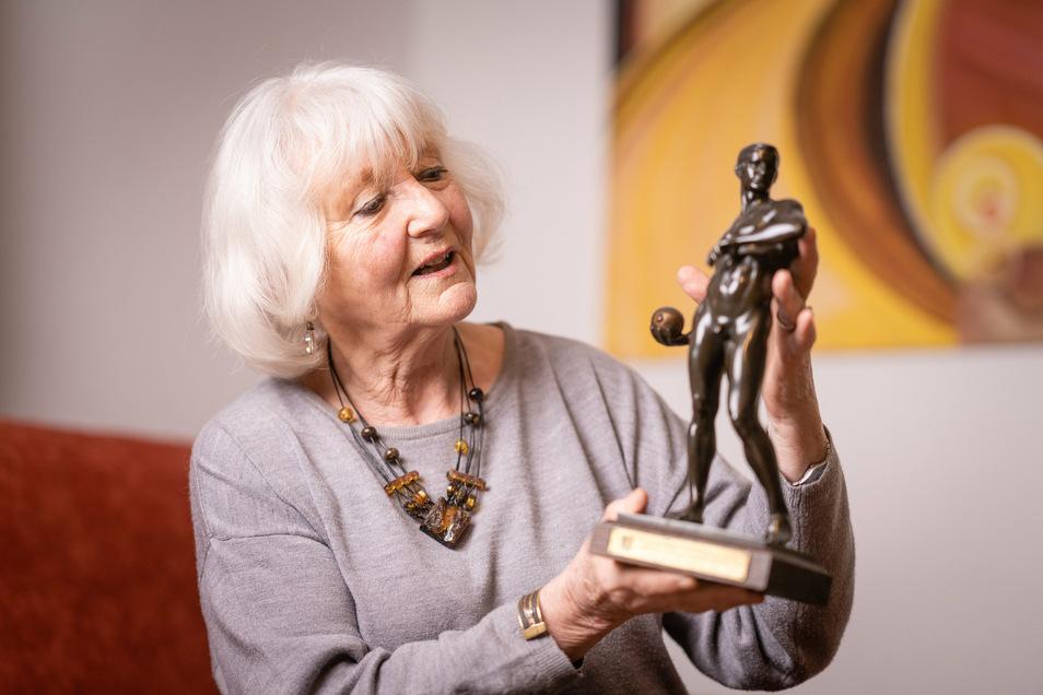 Ulrike Harbig, die Tochter von Weltrekordläufer Rudolf Harbig, öffnet ihr Privatarchiv in ihrer Wohnung in Gröditz.