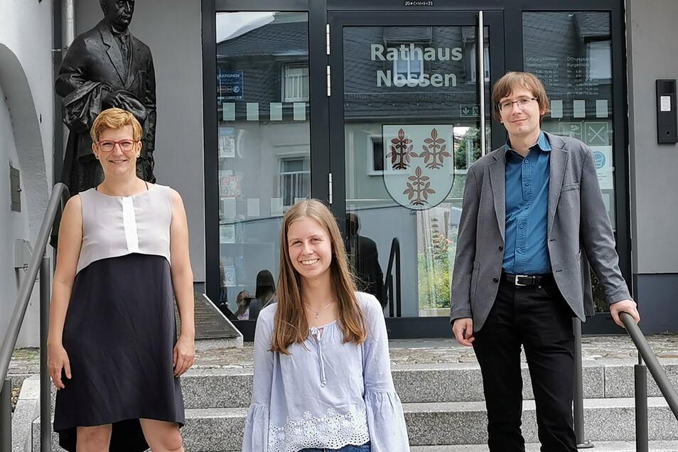 Die Nossener Schülerin Luise Band (Mitte) wird von Susann Rüthrich und Bürgermeister Christian Bartusch nach Amerika verabschiedet.
