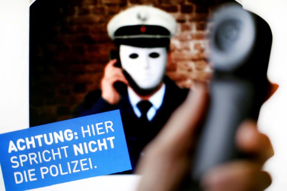 In Nordrhein-Westfalen warnte die Polizei 2017 vor dreisten Telefonbetrügern, die sich als Polizisten ausgeben.