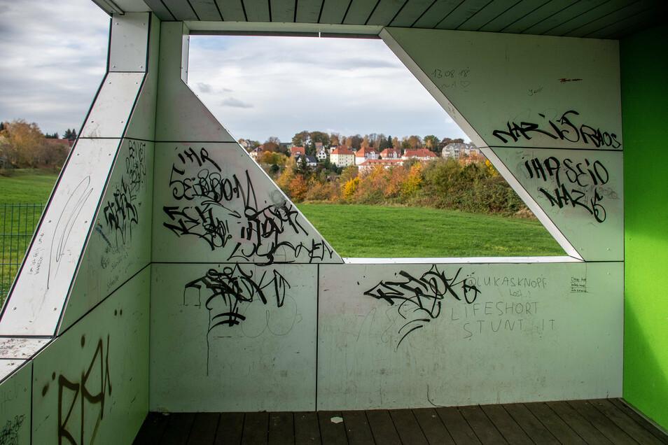 Am Sozialgebäude des Sportplatzes an der Linde in Leisnig hat eine Gruppe wahrscheinlich junger Täter mehr als Schmierereien hinterlassen.