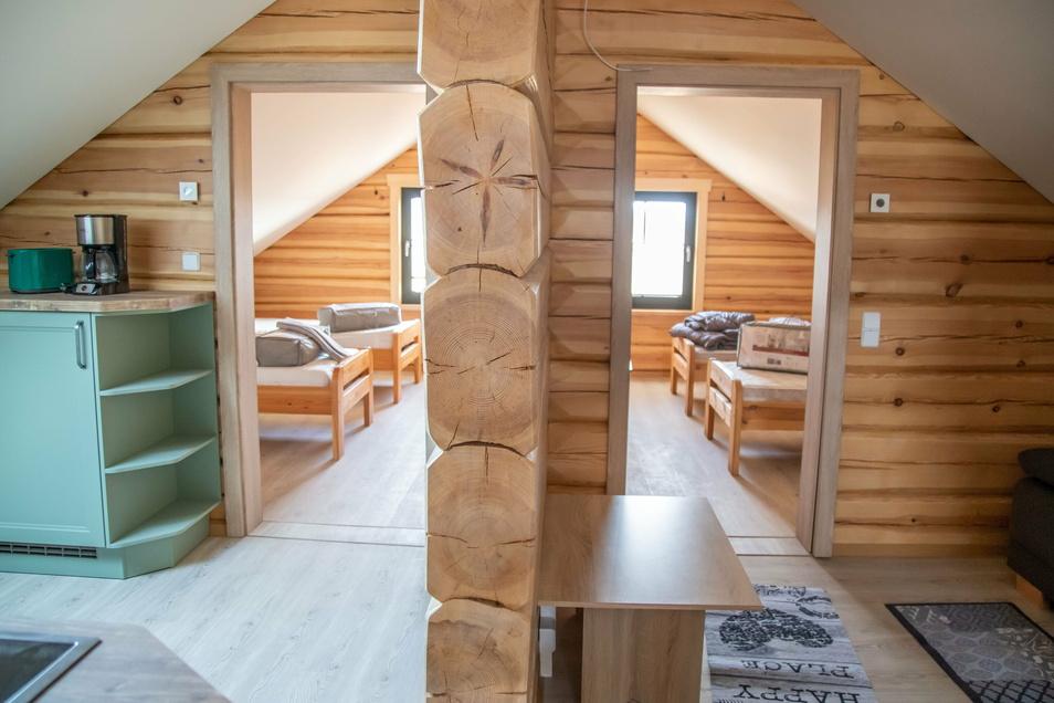 """Blick in eine der beiden Ferienwohnungen. Hier der """"Adlerhorst"""" mit zwei Schlafzimmern, Küche und Wohnzimmer. Die Übernachtung wird pro Person berechnet und kostet 35 Euro, Kinder bis zwölf Jahre zahlen 20 Euro."""