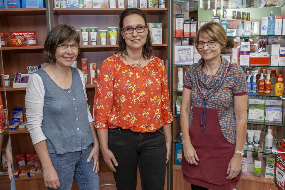 Apothekerin Antje Goldbach (Mitte) mit Pharmazie-Ingenieurin Ute Heyde (li.) und PTA Annegret Kraus (re.) in der Flora Apotheke in Klingenberg.