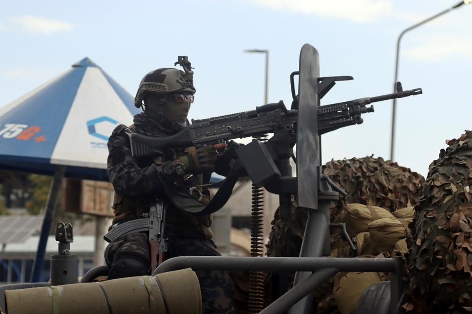 Mit dem Abzug der letzten US-Soldaten nach einem fast 20 Jahre langen Einsatz in Afghanistan richten sich die Blicke nun ganz auf die erneute Herrschaft der militant-islamistischen Taliban.