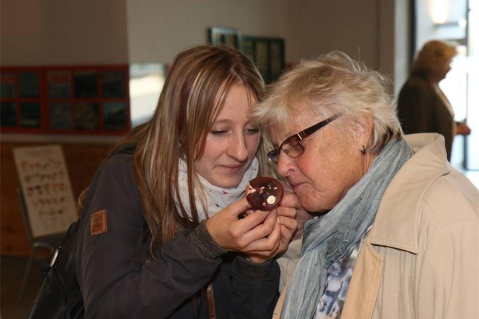 Elke Mille aus Niedercunnersdorf ist mit ihrer Oma in die Ausstellung gekommen. Manche Plze kann man auch an ihrem Duft erkennen. Die eiden probieren das hier gerade mal aus.