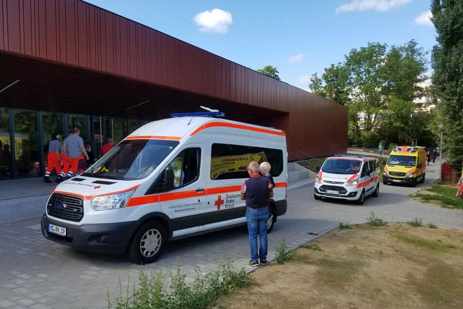 Kräfte des Roten Kreuzes bringen die betroffenen Bewohner in die neue Turnhalle Döbeln-Nord.