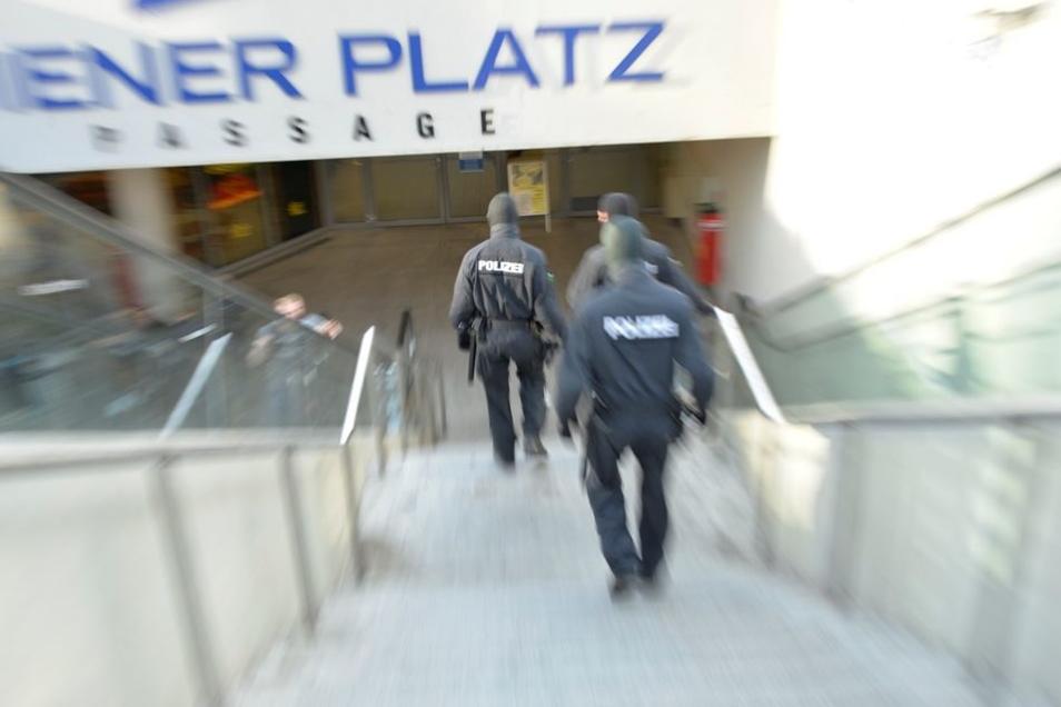 Am Wiener Platz vorm Hauptbahnhof werden immer wieder Drogenkontrollen durchgeführt.