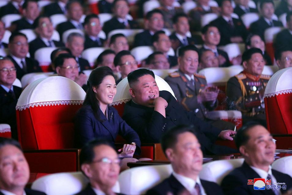 Kim Jong Un (r., zweite Reihe) sitzt im Mansudae-Kunsttheater in Pjöngjang bei einer Aufführung neben seiner Frau Ri Sol Ju.